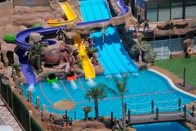 Piscina y parque acuático evenia olympic resort